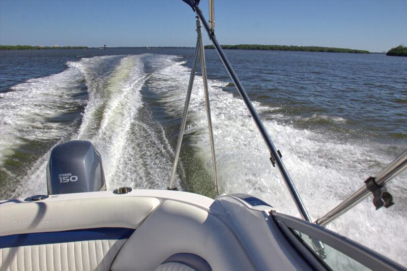 Boot mit 350 PS zum Ferienhaus mieten