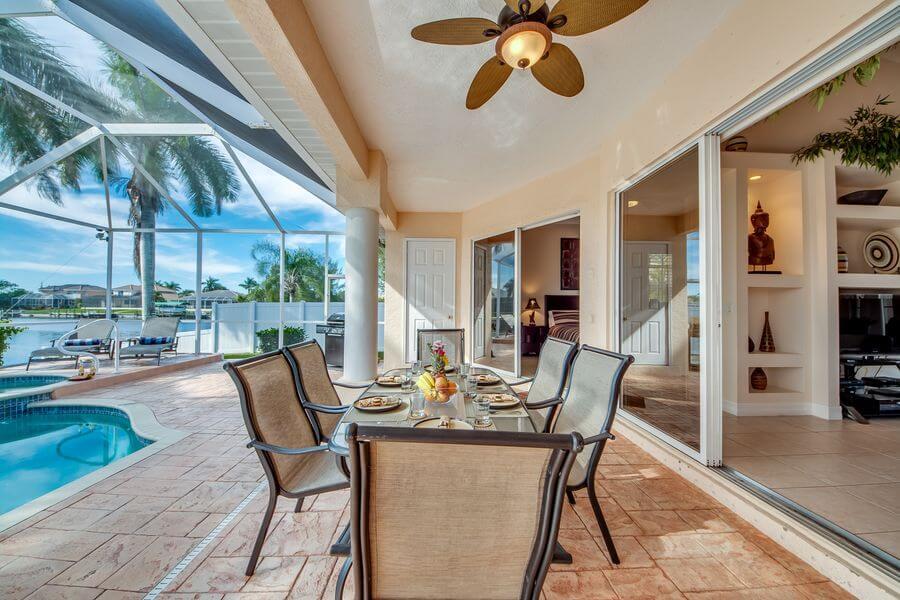 Modern eleganter Essbereich unter überdachter Terrasse mit Pool in Cape Coral Ferienhaus Villa Tao