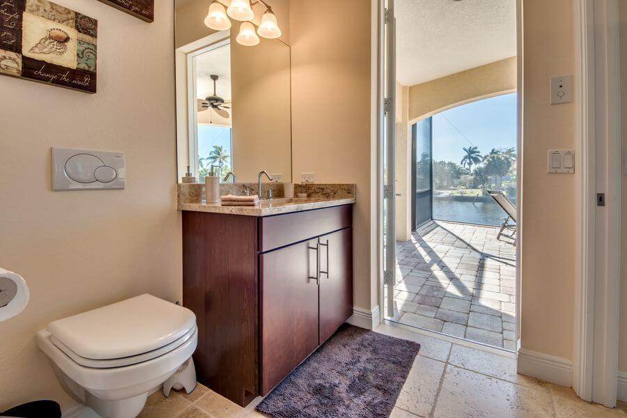 Badezimmer im Ferienhaus mit Zugang zum Pool